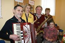 STOLETÉ ANEŽCE ZBOŘILOVÉ (na snímku sedící) přišli k narozeninám do domova pro seniory zahrát slánští muzikanti.