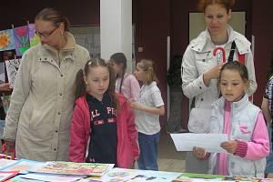Děti  ze Základní školy v Ukrajinské ulici v Kladně při charitativní výstavě představily přes stovku svých výtvorů. Svoje ratolesti přišli podpořit i jejich rodiče.