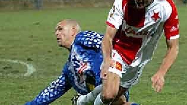 Josef Semerák se statečně bil na hrotu útoku SK. Tentokrát svádí souboj  se slávistou  Erikem Brabcem.