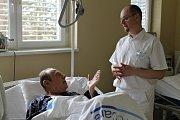Jedno z dializačních středisek se nachází ve slánské nemocnici pod vedením primáře Slavoje Šlajse. Tam pomáhají pacientům, kterým jejich ledviny už neslouží.