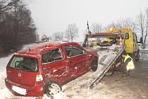 Řidička červeného Volkswagenu Polo dostala smyk a poté narazila do autobusu
