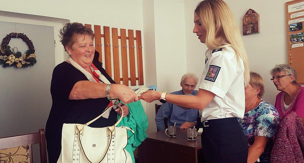 Policisté ze Středočeského kraje uskutečnili několik preventivních besed, které byly změřeny na bezpečí seniorů. (ÚO Rakovník)