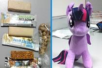Zloději si chtěli odnést proteinové tyčinky, pistácie či plyšovou hračku.