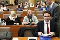Radní Hanes (vpředu vpravo) žádá o přešetření svého případu a podal trestní oznámení.