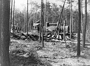 Vykolejená lokomotiva po bombardování.