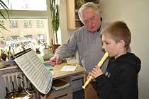 Učitel dechových nástrojů Rudolf Hyška při výuce hry na flétnu se svým žákem.