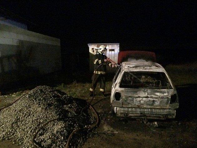 Neznámý pachatel zapálil v Tuřanech škodovku