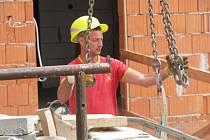 Stavební firma na rekonstrukci kladenského divadla nyní pracuje i o víkendech.