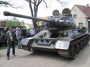 Sovětští vojáci na americkém obrněném transportéru vítaní v ulicích Kladna.