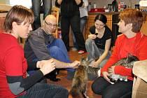 DÁRCI VĚNOVALI kočičímu útulku ve Vrbičanech tunu kočičího krmiva, které tamním svěřencům vydrží do příštích Vánoc. Majitelka útulku Kristýna Kacálková je druhá zprava.