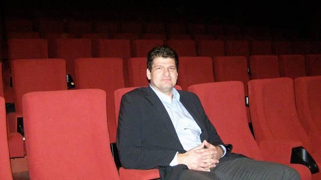 Jeden z provozovatelů kina Pavel Volf v nových sedačkách, které mají v opěradlech také místo pro pití či popcorn.