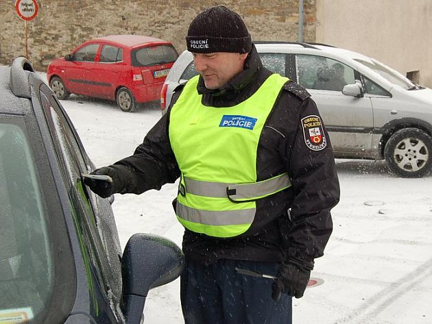 Mráz nebo déšť. Strážník Karel Krym při namátkové kontrole řidičů, která mnohdy odhalí nekalou činnost.