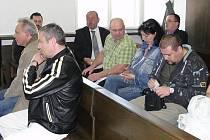 K hlavnímu líčení dorazilo sedm z jedenácti obžalovaných. Vzhledem k tomu, že chyběli i svědci, byla kauza bývalých dopravních policistů odročena na květen.
