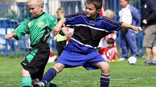 Slaný B (v modrém) v souboji se Sokolovem. Aspoň před něj se dostalo.