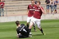 Sparta B (v rudém) rozdrtila Kladno na Strahově 4:0. Tuhle šanci Jakub Rouček lapil.