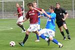 Sparta B (v rudém) rozdrtila Kladno na Strahově 4:0. Marek Tóth brání Petra Glasera