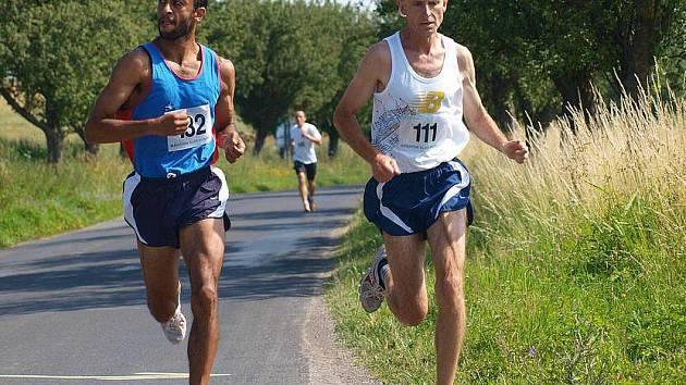 Závodní pole ovládli na Libečovské 14 vítěz závodu kladenský Josef Poduška (vpravo) a celkově druhý Ervin Beshir ze Zdic.