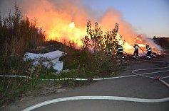 V areálu bývalé kladenské Poldi hořel dřevěný odpad.