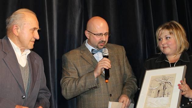 Klobouk smekli Lánští tentokrát před osmdesátiletým Antonínem Kindlem (vlevo), uprostřed předávající Roman Havelka a místostarostka obce Ivana Píšová