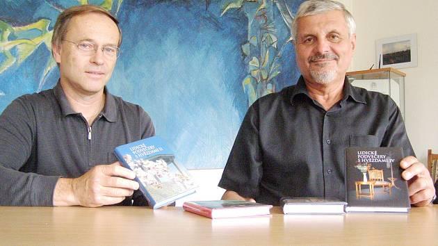 ŘEDITEL PAMÁTNÍKU LIDICE Milouš Červencl s nakladatelem knih z Lidických zimních večerů Ivanem Ulrychem. Zatím vyšly čtyři svazky, ovšem na pátém už se pracuje.