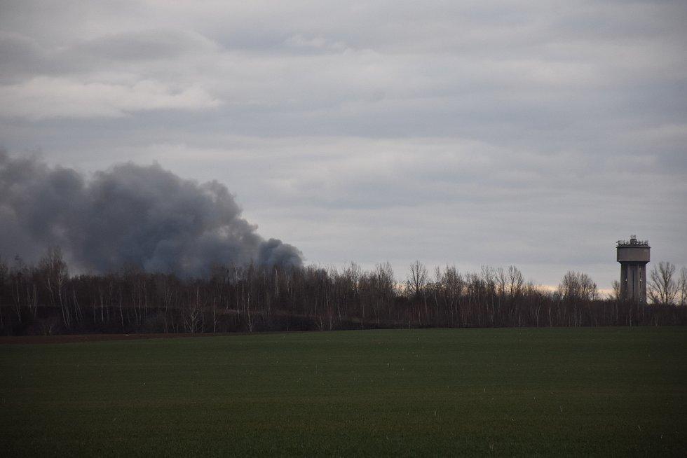 V Kladně hořely autovraky, město zahalil hustý černý dým