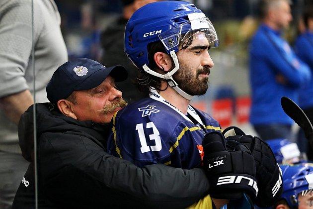 Kladno (vmodrém) zdolalo Havířov po boji 3:2. Ladislav Zikmund vpéči maséra Ládi Malého.
