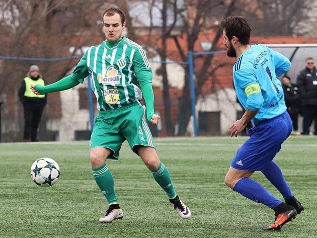 Motorlet (v modrém) porazil doma Hostouň na penalty 2:1.