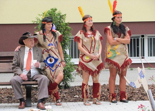 Zahradní slavnost pro kladenské seniory s divadlem Taška.