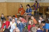 Vystoupení skupiny Batocu v rytmu afrických bubnů zakončily mladší děti společným tancem s Monikou Rebcovou.