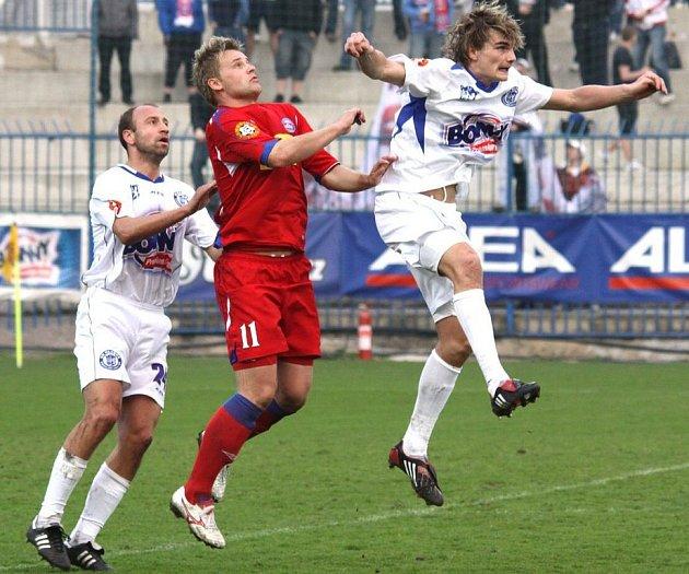 Vítu Benešovi (vpravo před brněnským Pospěchem) pomohl na jaře ke zlepšení i zkušený druhý stoper – Pavel Drsek. Zítra se postaví proti sobě.