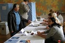 První voliči do místnosti v budové klaenského gymnázia dorazili přesně s úderem 14. hodiny