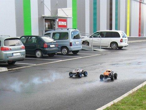 Závody se dvěma autíčky na dálkové ovládání na parkovišti obchodního domu v Arménské ulici v Kladně se mužům nevyplatily. Strážníci je odtud vykázali.