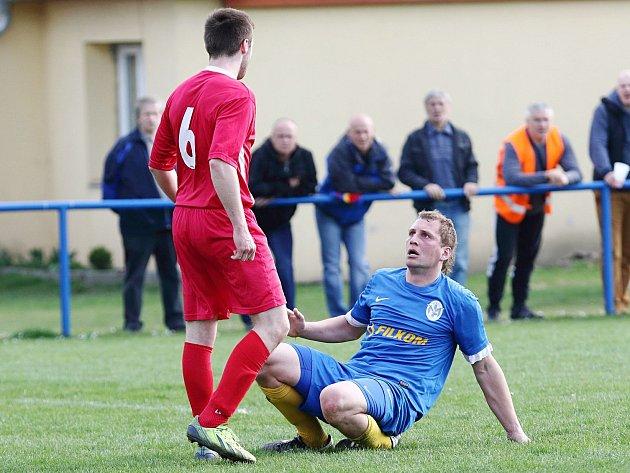 Jan Horák (v modrém) pojistil náskok Jedomělic na 2:0.
