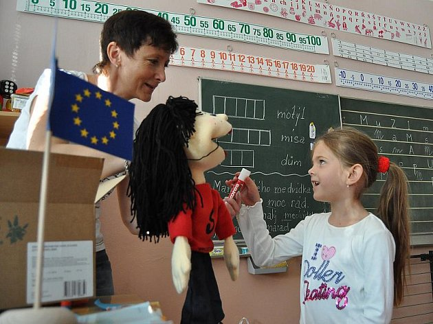 Děti z prvních tříd Základní školy ve Vodárenské ulici se anglicky učí zábavnou a nenáročnou formou.