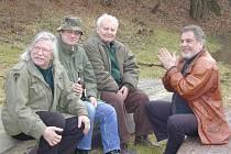 Petr Haničinec (druhý zprava) rád jezdil na přívoz do Luhu pod Branovem, kde se potkal se svými přáteli.