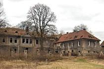 Zchátralý zámek v Kolči.