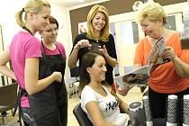 EVA ČAPKOVÁ S DCEROU při práci s kolegyněmi ve slánském salonu. Praktická ukázka vytváření nového účesu. Nyní v sezóně plesů jsou výčesy a ozdoby vlasů netradičním způsobem velmi aktuální.