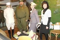 LUDMILA ZUSKOVÁ  (uprostřed) přichází pokaždé v dobovém oblečení i s  rodinou.