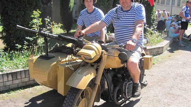 MEZI VYSTAVOVATELI nechyběli ani Miroslav Šnobl ze Slaného se svým synem, rovněž Miroslavem. Přijeli na renovovaném motocyklu sovětské výroby Dněpr se sajdkárou