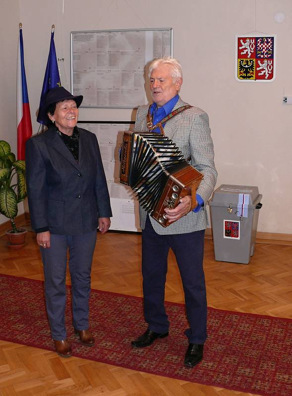 volební komisi v Družci přišli spontánně zazpívat a zahrát manželé Helena a Antonín Maťkovi z Družce.