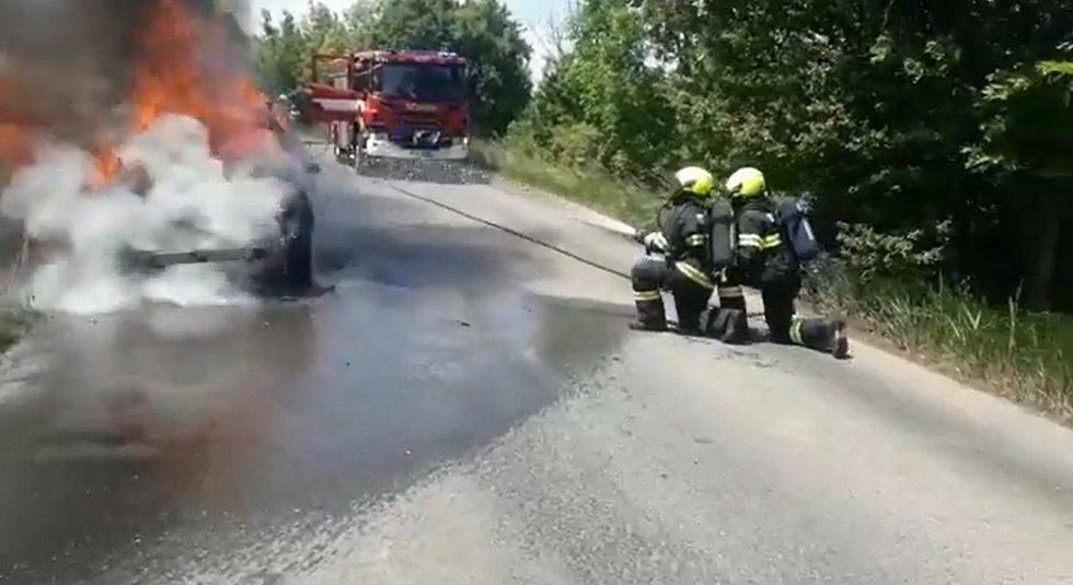 Požár automobilu na silnici mezi Podlešínem a Knovízem.