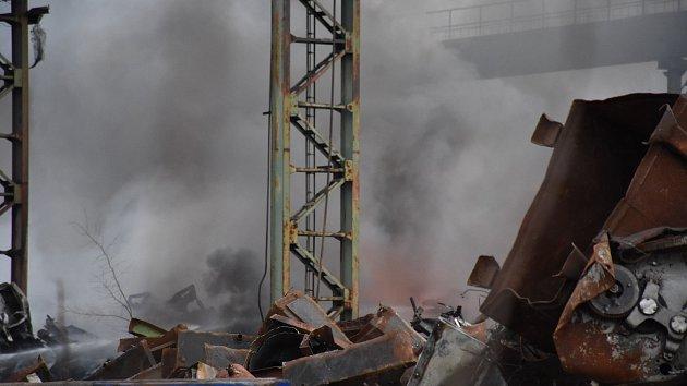 Požár na šrotišti v Dubí