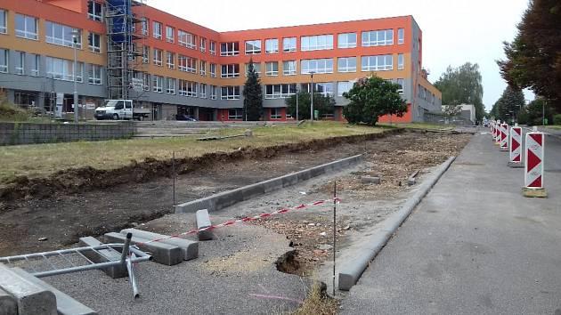 Finišující modernizace 3. ZŠ v Rabasově ulici ve Slaném a budování parkovacích míst.