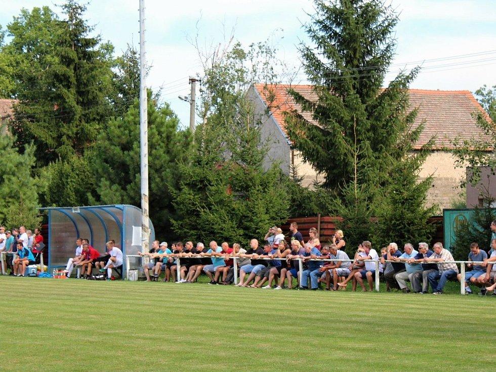 Velvary (v zeleném) prohrály v MOL Cupu s Hradcem Králové 0:1.