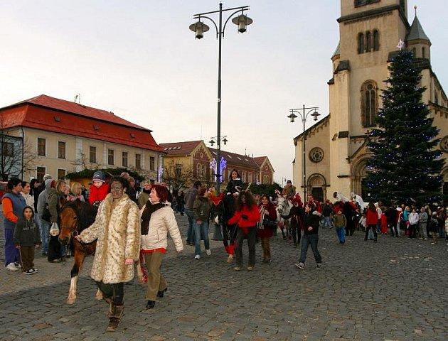 Mikuláš na koni projel velkou část Kladna. Jeho trasa vedla od Rozdělova, přes Podprůhon až na Třídu TGM