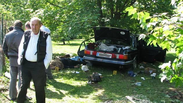 Nehoda se smrtelným zraněním - neděle krátce po osmé hodině ranni. Silnice R7 před sjezdem na Kladno směr Praha u vodojemu. Vozidlo nabouralo do stromu v soukromé zahradě pod silnicí.