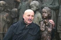 Odhalení bronzové sochy holčičky na Pomníku dětským obětem války v Lidicích. Na snímku sochař Oldřich Hejtmánek.