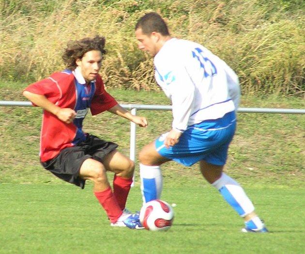 Richard Švácha (vpravo) ve fotbalovém dresu Vraného končí, ale futsal za Spartu hraje dál. Čechii dal jeden gól, Zvoleněvsi dva.