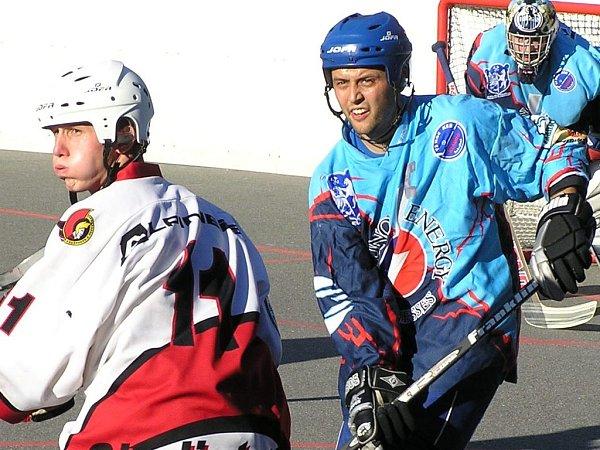 Útočník Habešovny Gladiators Jan Krtička (vlevo) rozhodl duel sRužinovem, kapitán KEB Tomáš Rejthar dal Martinu dokonce rozhodující trefu celého turnaje.