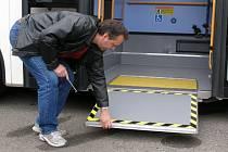 Nové autobusy jsou vybaveny mechanickými plošinami umožňujícími snazší nástup a výstup pro vozíčkáře. Nízkopodlažní jsou ale jen v přední části.